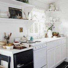 Фотография: Кухня и столовая в стиле Скандинавский, Мебель и свет, Белый, Переделка, Дача – фото на InMyRoom.ru