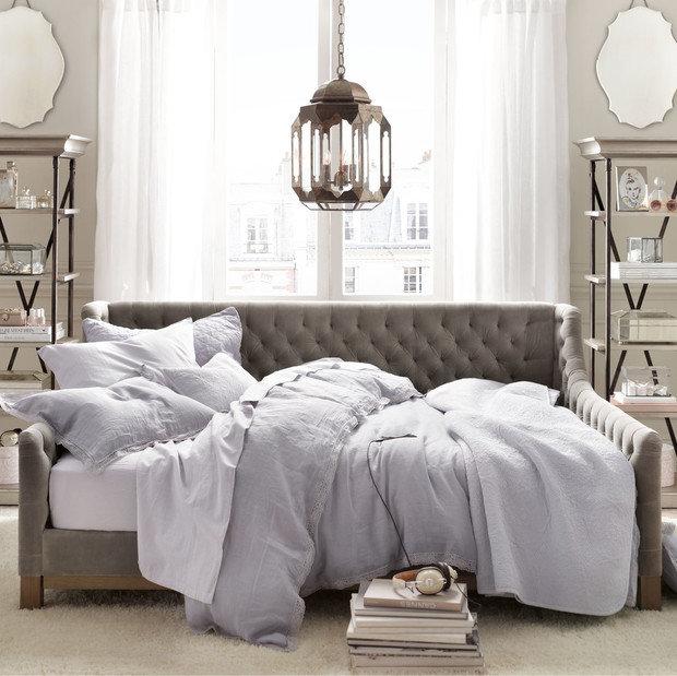 Фотография: Спальня в стиле Прованс и Кантри, Советы, как совместить спальню с гостиной, как обустроить в одной комнате две зоны, зонирование комнаты – фото на InMyRoom.ru