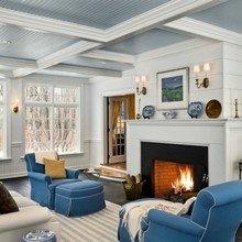 Фотография: Гостиная в стиле Кантри, Балкон, Интерьер комнат, Камин, Большие окна – фото на InMyRoom.ru