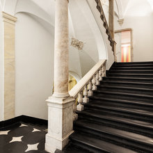 Фотография:  в стиле Классический, Современный, Декор интерьера, Дом, Декор дома, Лестница – фото на InMyRoom.ru