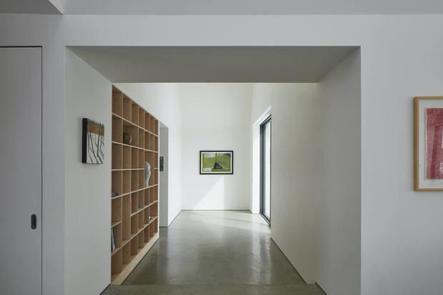 Фотография: Прихожая в стиле Минимализм, Современный, Дом, Белый, Серый, Дом и дача, Более 90 метров – фото на INMYROOM