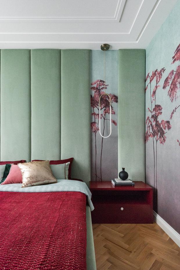 В спальне использовано панно фабрики Tenue de ville с оригинальным сочетанием цветов: бордового и бирюзово-зеленого.