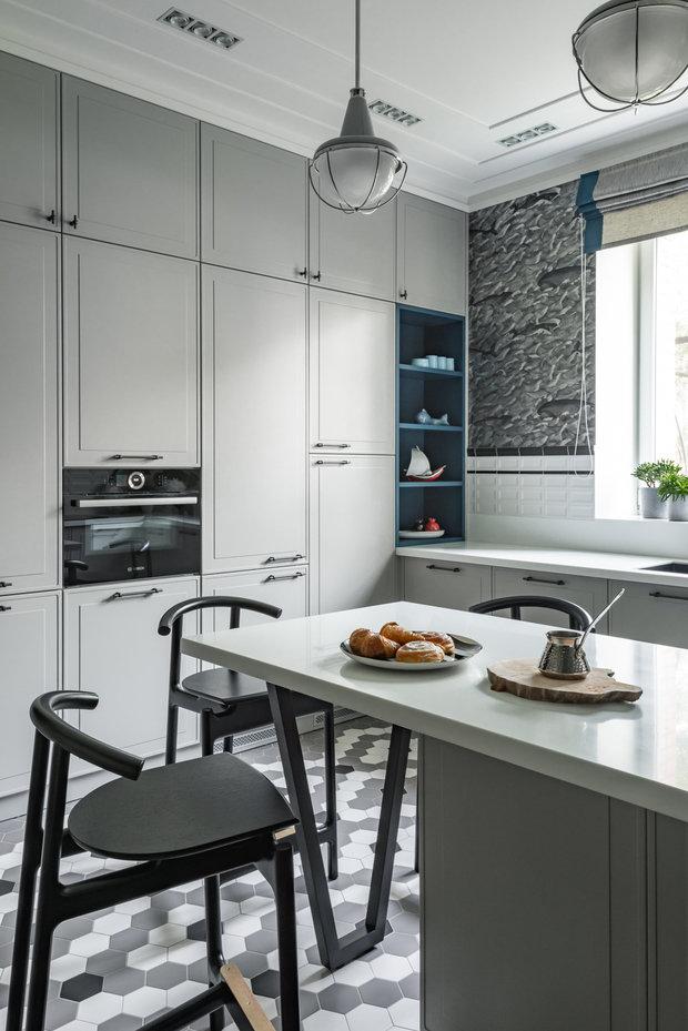 Вся корпусная мебель в квартире, в том числе и кухня, выполнена на заказ. Почти все места хранения в кухонном гарнитуре — это выкатные системы (ящики).