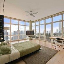 Фотография: Спальня в стиле Современный, США, Дома и квартиры, Интерьеры звезд, Нью-Йорк, Пентхаус, Панорамные окна, Пол – фото на InMyRoom.ru