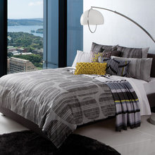 Фотография: Спальня в стиле Современный, Декор интерьера, Дизайн интерьера, Цвет в интерьере, Текстиль – фото на InMyRoom.ru