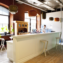 Фотография: Кухня и столовая в стиле Лофт, Современный, Офисное пространство, Индустрия, Люди – фото на InMyRoom.ru