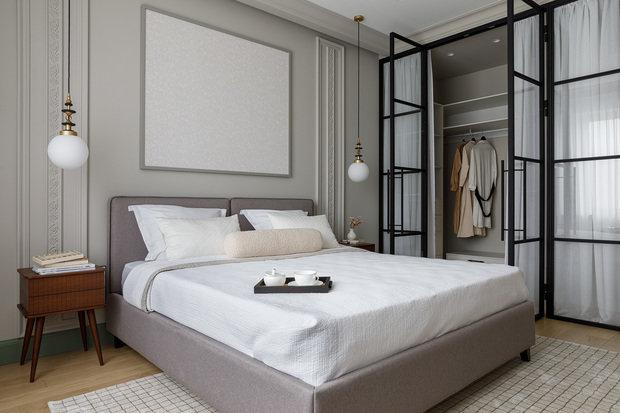 В спальне располагается удобная гардеробная. Она отделена от основного помещения стеклянной лофт-перегородкой. Брутальность перегородки смягчили светлой вуалью.