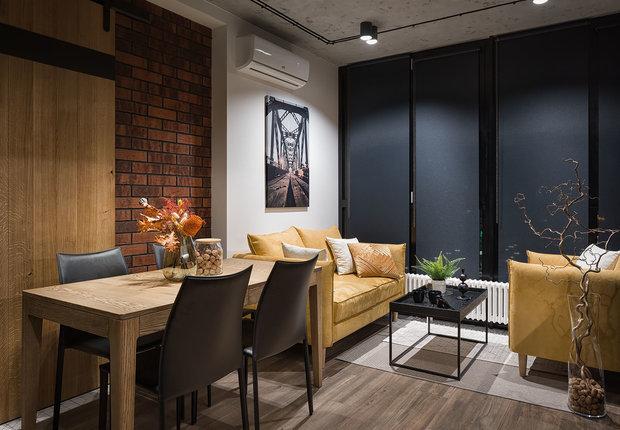 Желтые диван и кресло стали ярким жизнерадостным элементом, который привлекает внимание в кухне.