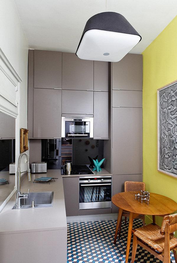 Серая кухня с желтыми стенами