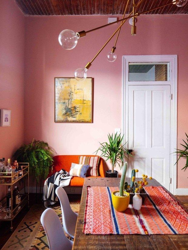 Фотография: Гостиная в стиле Скандинавский, Эклектика, Декор интерьера, Дом, США, Розовый, как обустроить съемную квартиру, как улучшить интерьер съемной квартиры, декор съемной квартиры, яркий интерьер, Новый Орлеан – фото на INMYROOM