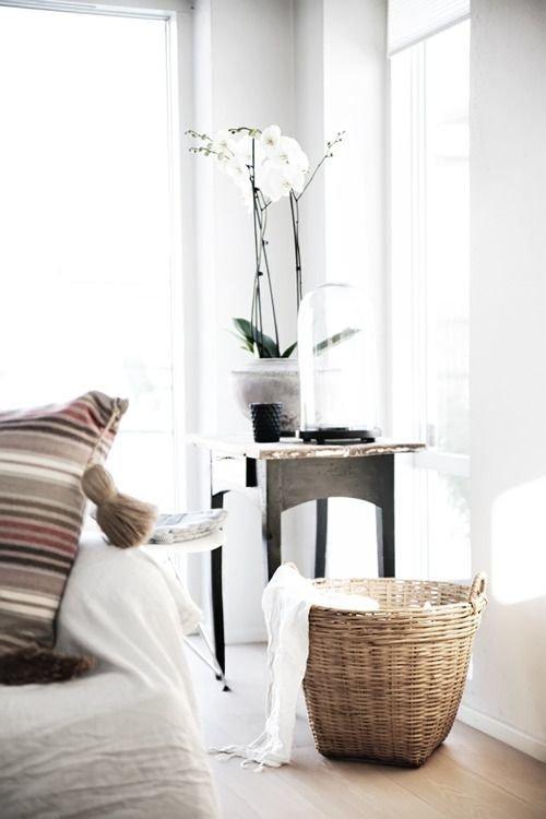 Фотография: Декор в стиле Скандинавский, Декор интерьера, Мебель и свет, Советы, Белый, как оформить пустой угол, пустой угол в квартире – фото на InMyRoom.ru