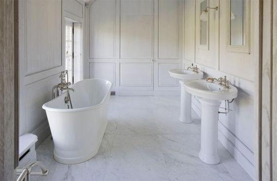 Фотография: Ванная в стиле Классический, Дом, Дома и квартиры, Лестница, Диван, Балки, Пол – фото на InMyRoom.ru