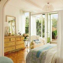 Фотография: Спальня в стиле Кантри, Интерьер комнат, Терраса, Текстиль, Большие окна – фото на InMyRoom.ru