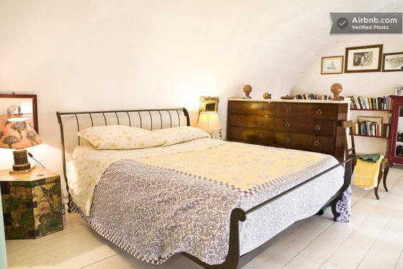 Фотография: Спальня в стиле , Стиль жизни, Советы, Париж, Airbnb – фото на InMyRoom.ru