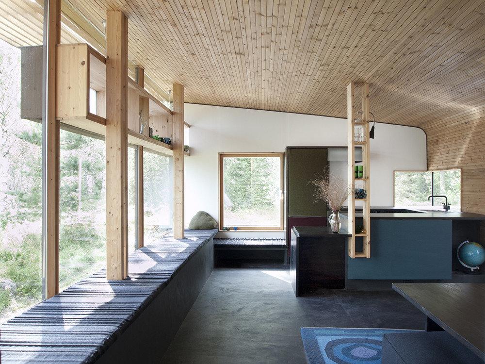 Голубая кухня в сочетании с деревом