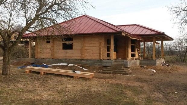 Помогите подобрать цвет стен для дома из бруса с красной крышей