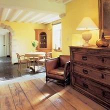 Фотография: Кухня и столовая в стиле Кантри, Дом, Дома и квартиры, Лестница, Диван, Балки, Пол – фото на InMyRoom.ru