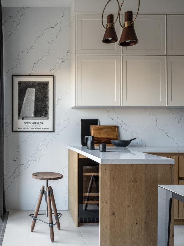 На кухне на фартуке и столешнице — кварцевый агломерат. Устойчив к загрязнениям.