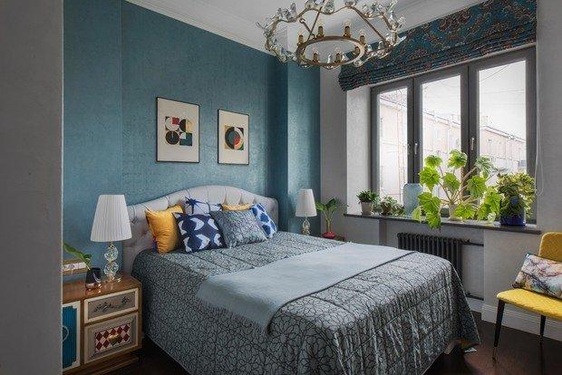В спальне также использована декоративная штукатурка, но светлых тонов. За кроватью сложный голубой оттенок, которого удалось добиться только на пятом выкрасе.