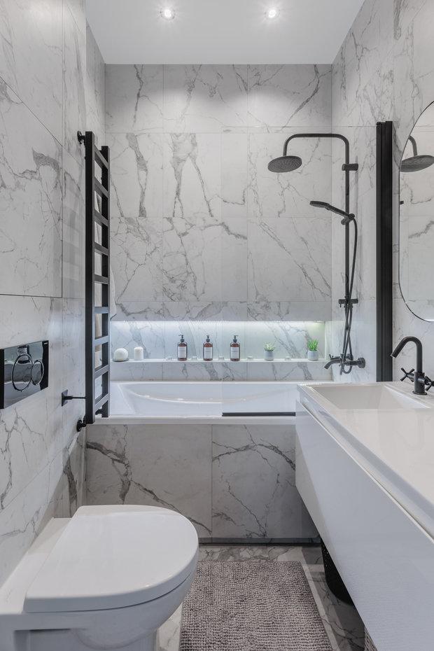 В ванной комнате всего три квадратных метра. Но поместилось все необходимое: ванна, умывальник, унитаз с инсталляцией.