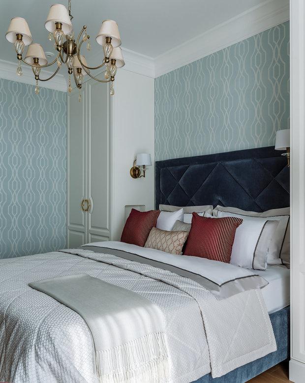 Шкафы в спальне родителей разместили по бокам от кровати и дополнили их бра.