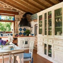 Фотография: Кухня и столовая в стиле Кантри, Дом, Дома и квартиры, Переделка, Балки – фото на InMyRoom.ru