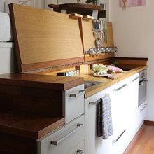 Фотография: Кухня и столовая в стиле Минимализм, Советы, как обустроить однушку, Сильвана Читтерио, кухня в однушке, гардероб в однушке, как организовать систему хранения в однокомнатной квартире, многофункциональный подиум – фото на InMyRoom.ru