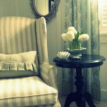 Фотография:  в стиле Классический, Современный, Декор интерьера, Текстиль, Подушки, Шторы – фото на InMyRoom.ru