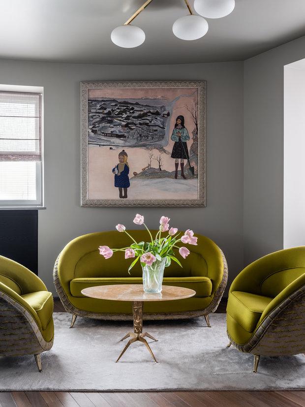 Картина «Деревня» написана хозяйкой квартиры: маленькие домики находятся на островке вдали от двух героинь и больше кажутся воспоминаниями о прошлом.