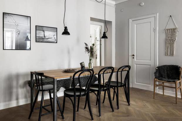 Фотография: Кухня и столовая в стиле Скандинавский, Декор интерьера, Квартира, Швеция, Декор, Мебель и свет, Стокгольм, Серый, интерьер в скандинавском стиле, 3 комнаты, 60-90 метров, монохромный интерьер – фото на INMYROOM
