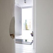 Фотография: Прихожая в стиле Скандинавский, Дом, Дания, Цвет в интерьере, Дома и квартиры, Белый – фото на InMyRoom.ru