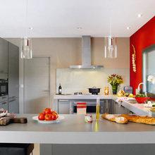 Фотография: Кухня и столовая в стиле Современный, Минимализм, Дом, Франция, Цвет в интерьере, Дома и квартиры, Стены, Красный, Зеркало – фото на InMyRoom.ru
