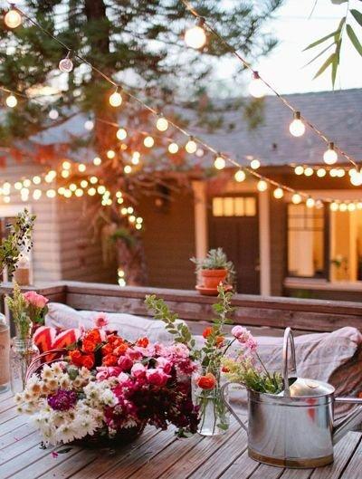 Фотография: Терраса в стиле Прованс и Кантри, Ландшафт, Мебель и свет, Дом и дача, как осветить дачный участок, как выбрать фонари для сада – фото на InMyRoom.ru