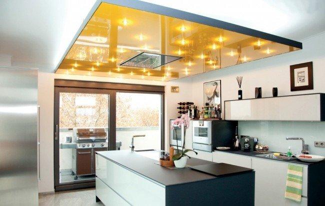 Желтая кухня и яркий потолок