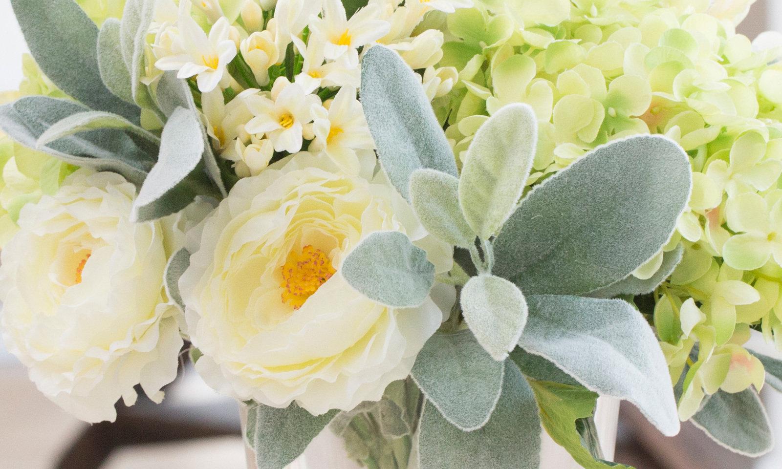 Композиция из искусственных цветов - салатовая гортензия, ранункулюсы, агапантус inmyroom