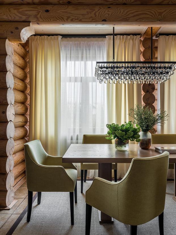 В обеденной зоне разместили большой деревянный стол, окруженный мягкими стульями с высокой спинкой.