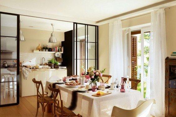 Фотография: Кухня и столовая в стиле Прованс и Кантри, Интерьер комнат, Цвет в интерьере, Белый, Кухонный остров – фото на InMyRoom.ru