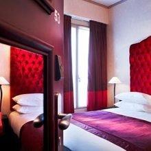 Фотография: Спальня в стиле Классический, Франция, Цвет в интерьере, Дома и квартиры, Городские места, Отель, Красный, Современное искусство, Граффити – фото на InMyRoom.ru