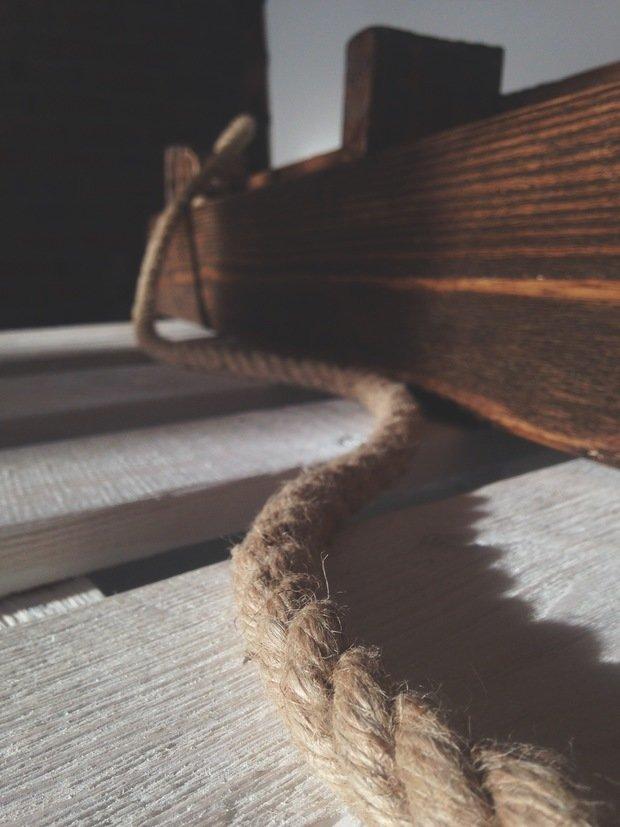 Полка из паллет / поддонов для журналов, книг, тарелок