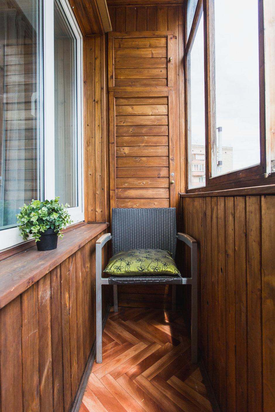 Балкон коричневый. узкий балкон обшитый деревом.http://just-.