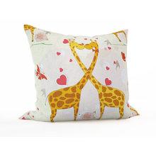 Декоративная подушка: Влюбленные жирафы