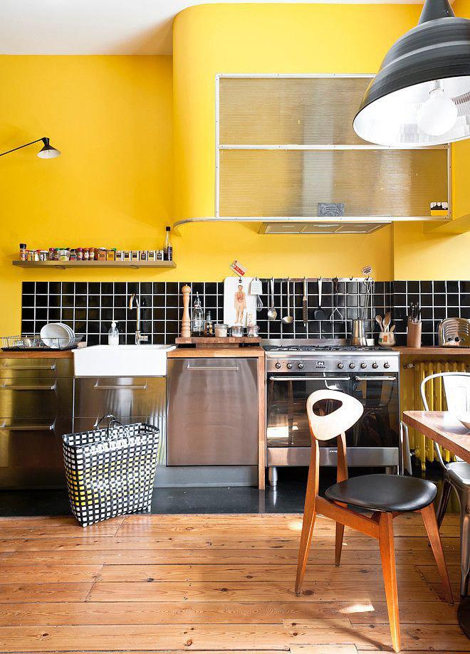 Желтая кухня в сочетании с черным