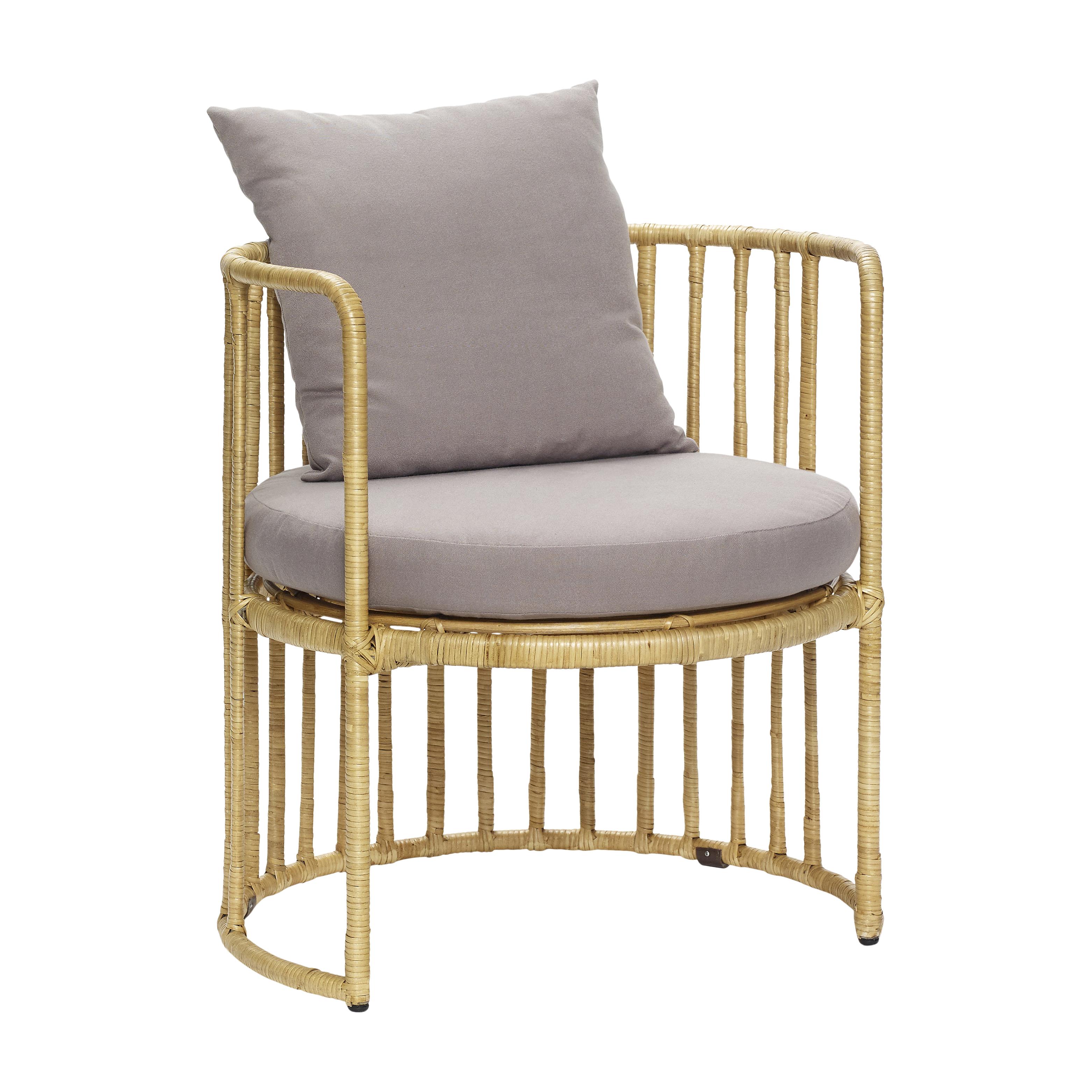 Кресло из ротанга с серой подушкой
