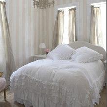 Фотография: Спальня в стиле Кантри, Классический, Современный, Декор интерьера, Текстиль, Подушки, Шторы – фото на InMyRoom.ru