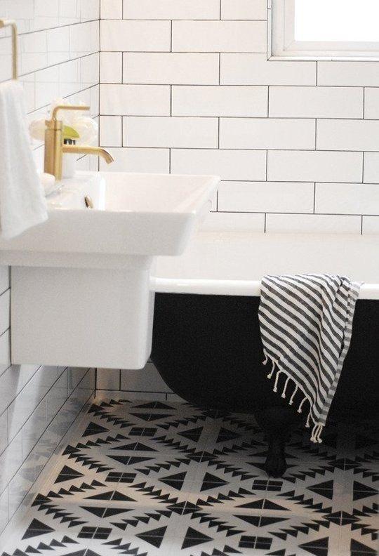 Фотография: Ванная в стиле Скандинавский, Декор интерьера, Дизайн интерьера, Цвет в интерьере, Белый, Синий, Серый – фото на InMyRoom.ru