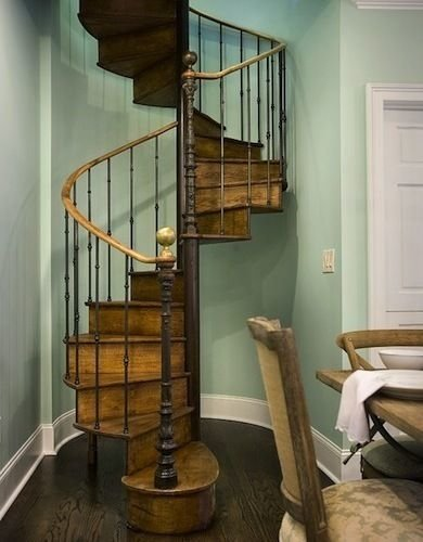 Фотография: Кухня и столовая в стиле Прованс и Кантри, Архитектура, Декор, Мебель и свет, Ремонт на практике, Никита Морозов, освещение для лестницы, какую выбрать лестницу, какие бывают лестницы, прямая лестница, винтовая лестница, лестница на больцах, подвесная лестница, ограждение для лестниц, как украсить лестницу – фото на InMyRoom.ru