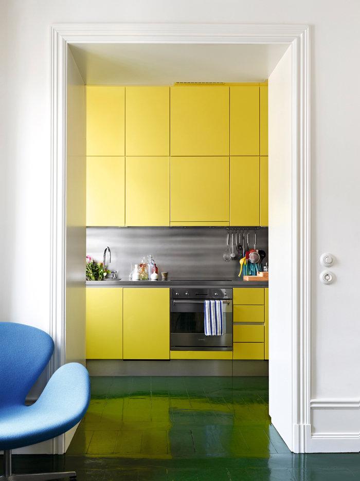 Желтая кухня с темным полом