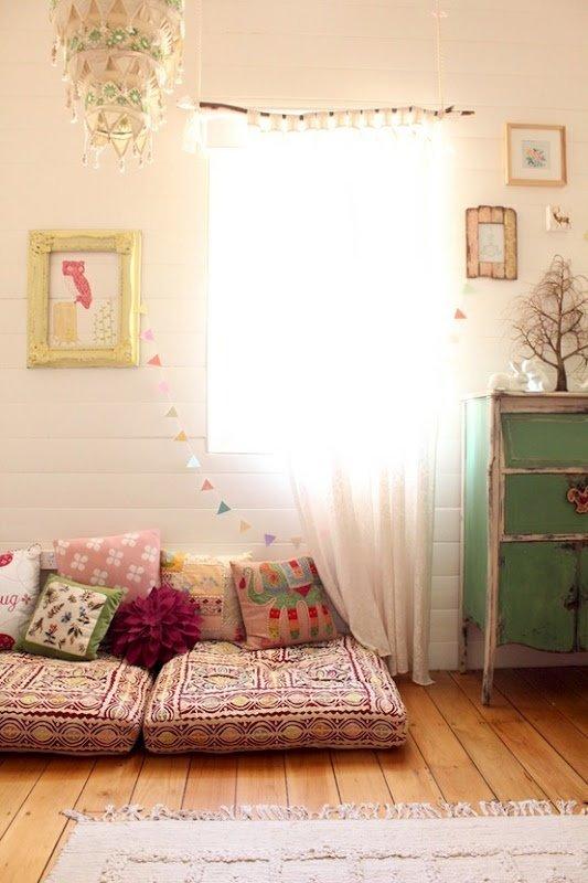 Фотография: Декор в стиле Скандинавский, Спальня, Интерьер комнат, Подушки, Ковер – фото на InMyRoom.ru