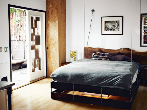 Фотография: Спальня в стиле Современный, Малогабаритная квартира, Квартира, Дома и квартиры, Советы, Мебель-трансформер – фото на InMyRoom.ru