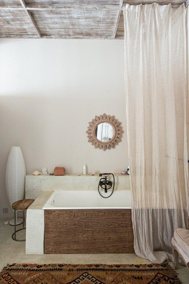 В ванной стены покрашены влагостойкой краской и на полу использован белый цемент.